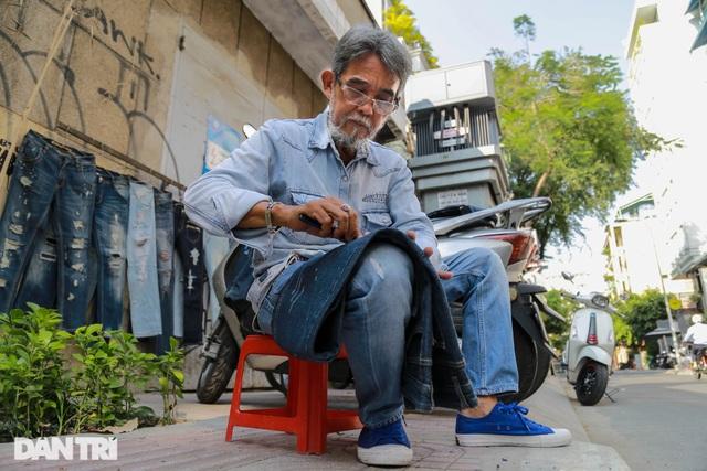 Người đàn ông làm nghề xé đồ jean với chiếc áo giá 20 triệu đồng - 3