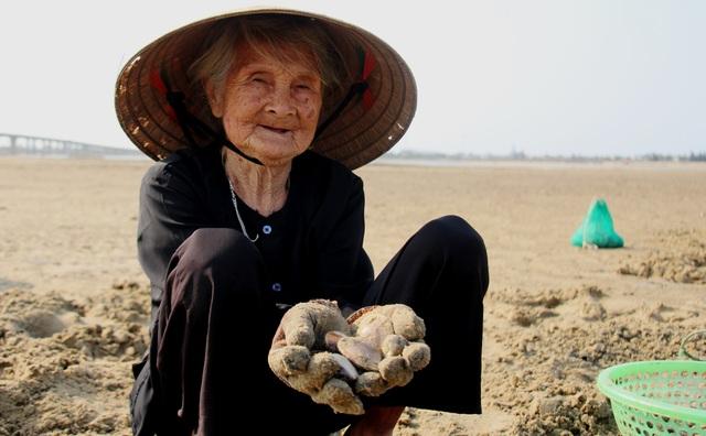 Nhọc nhằn nghề bới cát tìm con sò - 4