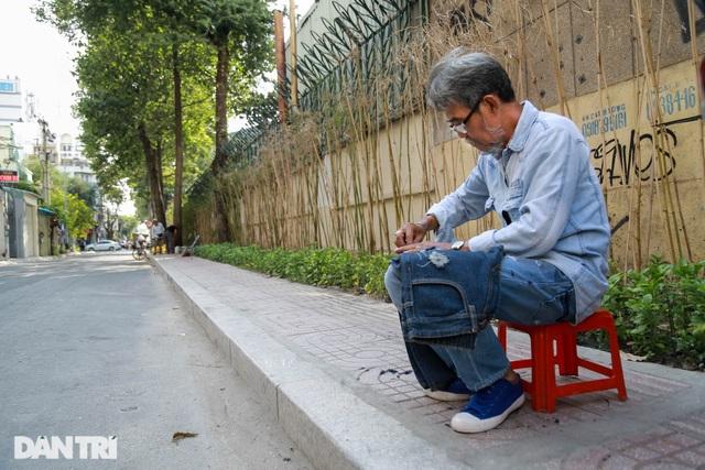 Người đàn ông làm nghề xé đồ jean với chiếc áo giá 20 triệu đồng - 6