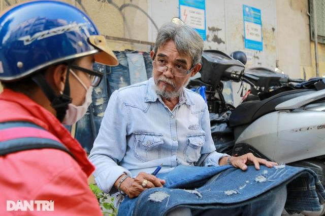 Người đàn ông làm nghề xé đồ jean với chiếc áo giá 20 triệu đồng - 8