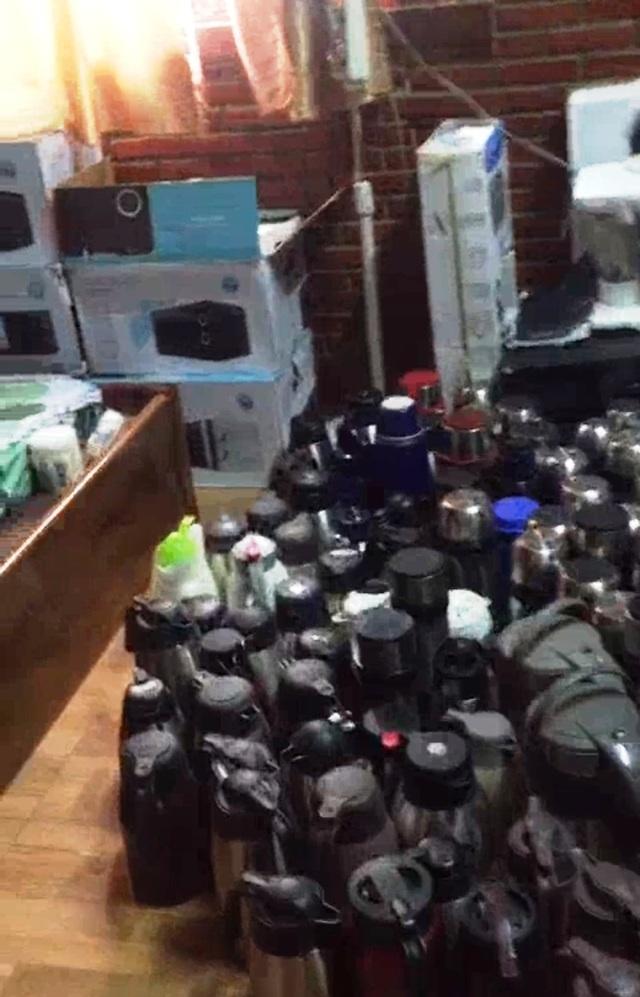 Cận cảnh hơn 1,3 tấn hàng nghi lậu chất đầy nhà thượng tá biên phòng