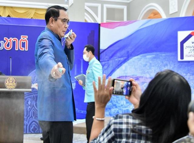 Thủ tướng Thái Lan xin lỗi vì xịt nước sát khuẩn vào phóng viên - 1