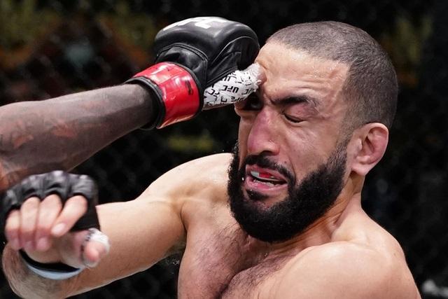 Bị đối thủ chọc vào mắt, võ sĩ ôm mặt khóc nức nở - 1
