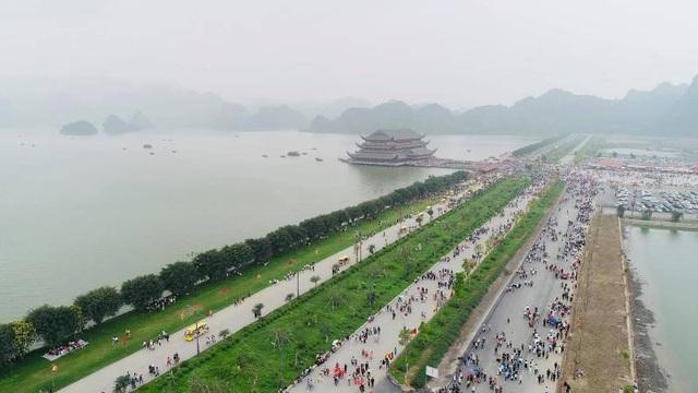 Biển người đổ về chùa Tam Chúc ngày cuối tuần