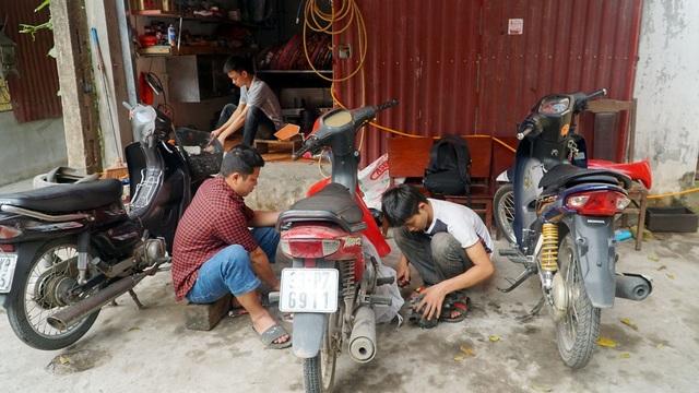Bố mẹ lần lượt qua đời, nam sinh phụ sửa xe máy để lấy tiền đi học - 4