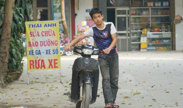 Bố mẹ lần lượt qua đời, nam sinh phụ sửa xe máy để lấy tiền đi học - 5