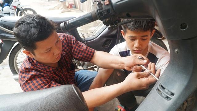 Bố mẹ lần lượt qua đời, nam sinh phụ sửa xe máy để lấy tiền đi học - 6
