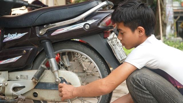 Bố mẹ lần lượt qua đời, nam sinh phụ sửa xe máy để lấy tiền đi học - 7