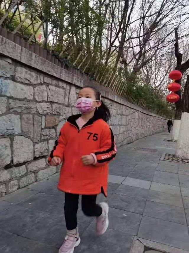 Bé gái 7 tuổi chạy bền bỉ mỗi ngày để cứu chị gái - 1