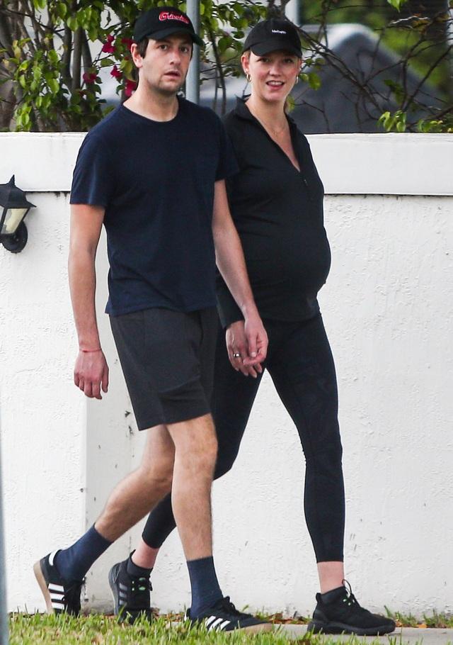 Siêu mẫu cao 1,88m Karlie Kloss sinh con đầu lòng - 3