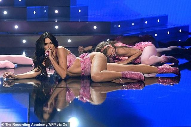 Dua Lipa trình diễn bốc lửa trên sân khấu Grammy