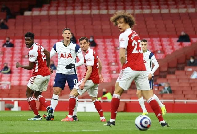 Arsenal 2-1 Tottenham: Lamela lập siêu phẩm Rabona và bị đuổi - 2