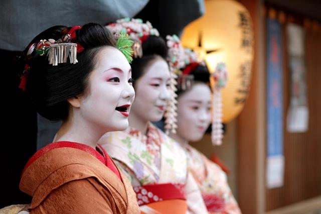 Nhuộm răng đen được phụ nữ Nhật Bản xưa ưa chuộng. Ảnh: PopJapan