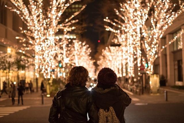 Đôi tình nhân Nhật Bản hẹn hò trong ánh đèn lung linh đêm Giáng sinh. Ảnh: Japan Rail Pass