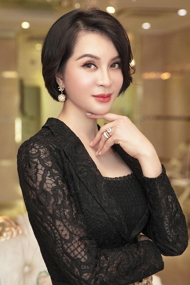 MC Thanh Mai trẻ trung bất ngờ với mái tóc ngắn - 4