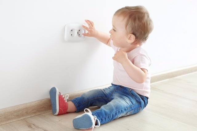 Mối nguy cho trẻ ngay trong phòng khách bố mẹ nên chú ý - 2