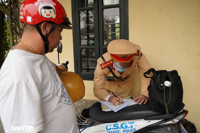 Theo chân CSGT bắt hàng loạt ma men chạy xe gắn máy trên đường phố Hà Nội - 7