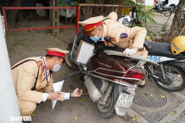 Theo chân CSGT bắt hàng loạt ma men chạy xe gắn máy trên đường phố Hà Nội - 12
