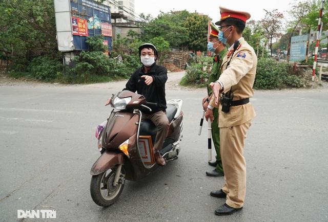 Theo chân CSGT bắt hàng loạt ma men chạy xe gắn máy trên đường phố Hà Nội - 8