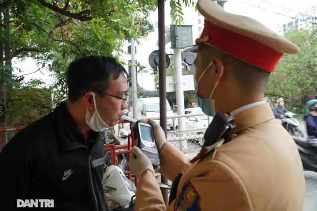 Theo chân CSGT bắt hàng loạt ma men chạy xe gắn máy trên đường phố Hà Nội - 9
