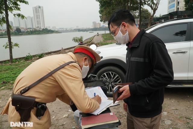 Theo chân CSGT bắt hàng loạt ma men chạy xe gắn máy trên đường phố Hà Nội - 10