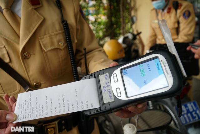 Theo chân CSGT bắt hàng loạt ma men chạy xe gắn máy trên đường phố Hà Nội - 4