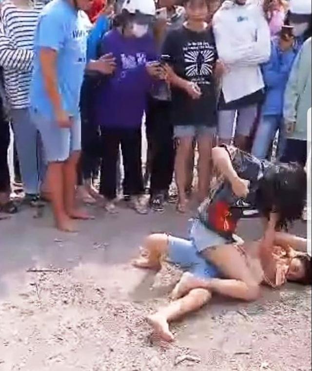 Làm rõ vụ 2 nữ sinh đánh nhau, đám đông cổ vũ và quay clip tung lên mạng - 2
