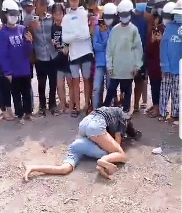 Làm rõ vụ 2 nữ sinh đánh nhau, đám đông cổ vũ và quay clip tung lên mạng - 1