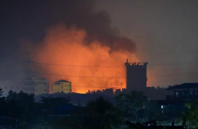 Người Trung Quốc ráo riết tháo chạy khỏi chảo lửa Myanmar - 2