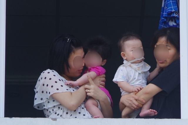 Hàng chục người xin vào khu cách ly chăm sóc các cháu bé về từ Hàn Quốc - 3