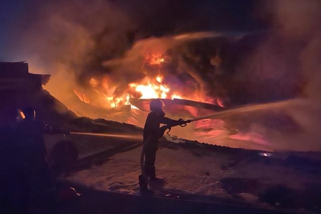 Cháy lớn tại kho hàng thiêu rụi nửa tỷ đồng - 2