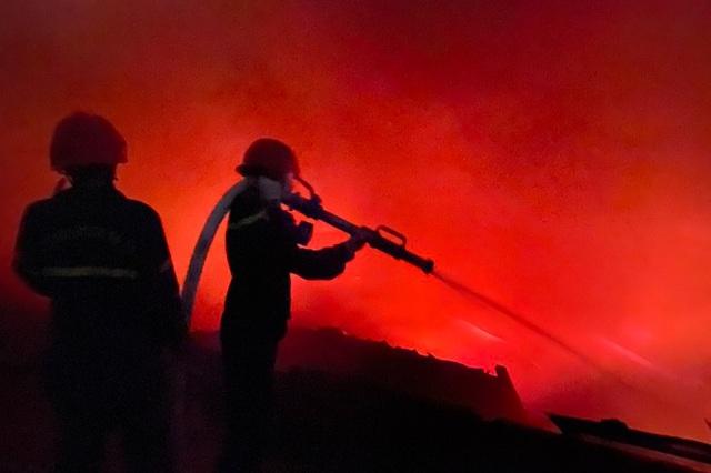 Cháy lớn tại kho hàng thiêu rụi nửa tỷ đồng - 3