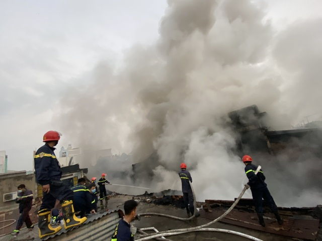 Cháy lớn tại kho hàng thiêu rụi nửa tỷ đồng - 4