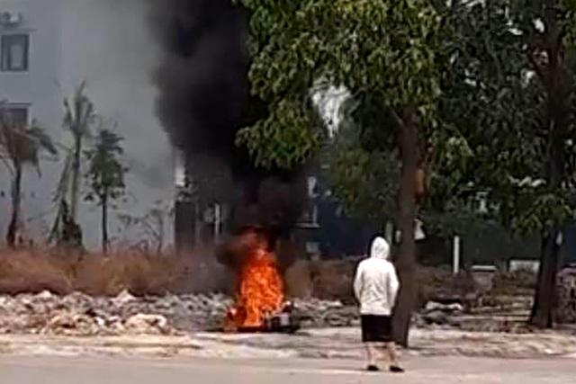Cô gái trẻ đốt xe SH trong công viên - 1