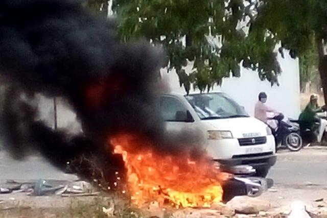 Cô gái trẻ đốt xe SH trong công viên - 2