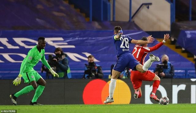 Luis Suarez thi đấu thảm họa trong ngày Atletico thua Chelsea - 4