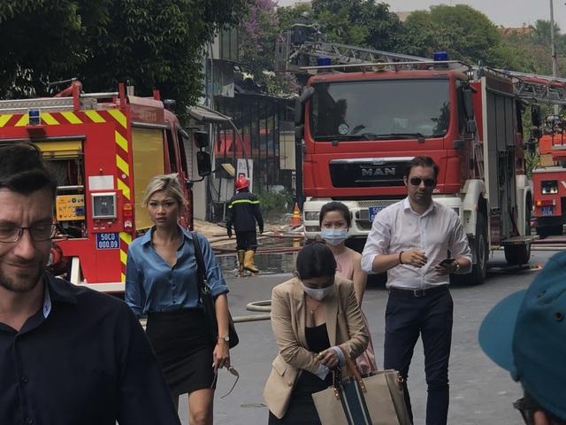 Quán nướng bốc cháy ngùn ngụt sau tiếng nổ lớn, thực khách hoảng loạn chạy - 2