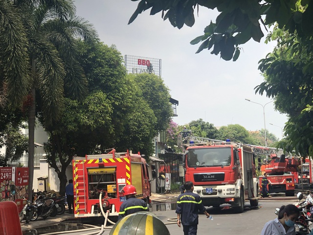 Quán nướng bốc cháy ngùn ngụt sau tiếng nổ lớn, thực khách hoảng loạn chạy - 3
