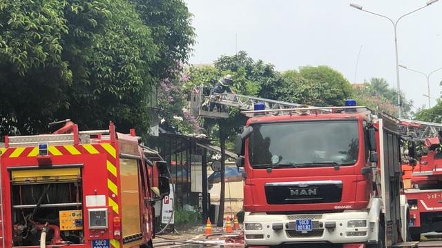Quán nướng bốc cháy ngùn ngụt sau tiếng nổ lớn, thực khách hoảng loạn chạy - 5
