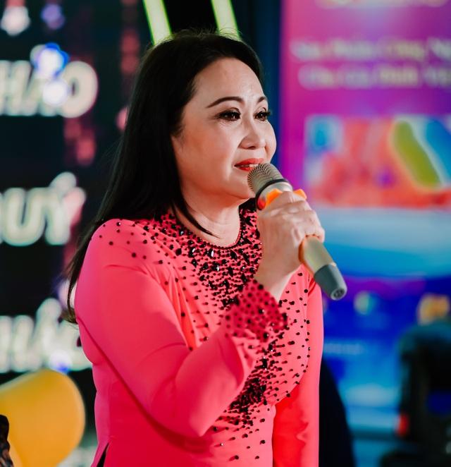 Nghệ sĩ Thanh Hằng chui xuống gầm bàn để hát vì quá nhớ nghề - 2