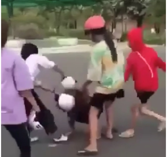 Thêm vụ nữ sinh lớp 8 đánh bạn bằng mũ bảo hiểm vì mâu thuẫn tình cảm - 2