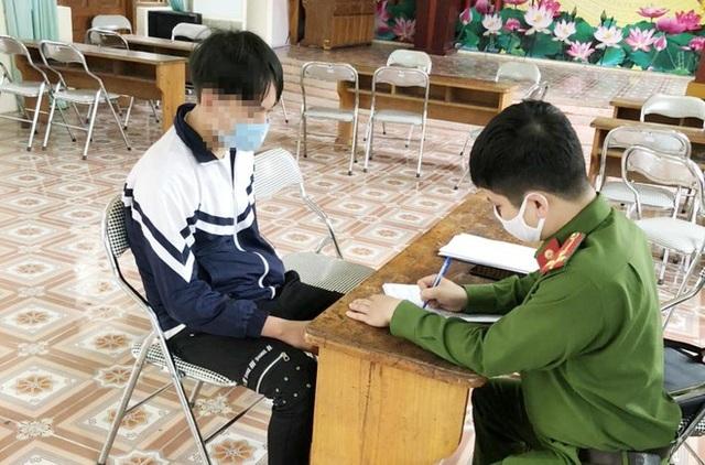 Hà Nội: Mâu thuẫn cá nhân, nữ sinh lớp 10 bị bạn lột trần - 1