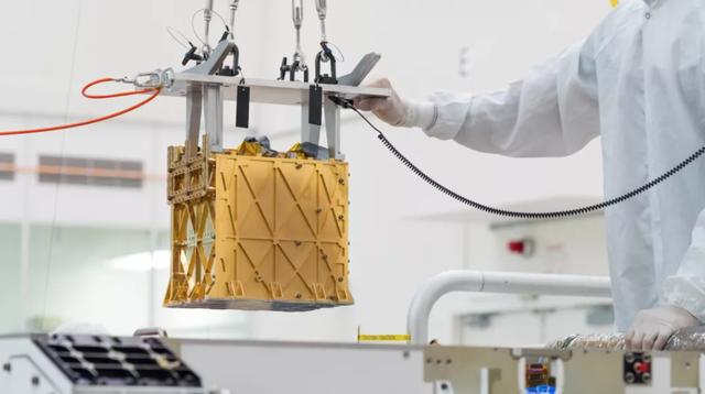Chiếc hộp bí ẩn được gắn trên tàu thăm dò Perseverance khám phá Sao Hỏa - 1