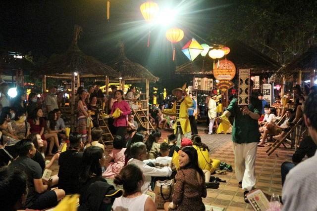 Hàng nghìn du khách đến Hội An đón ngày quốc tế hạnh phúc - 3