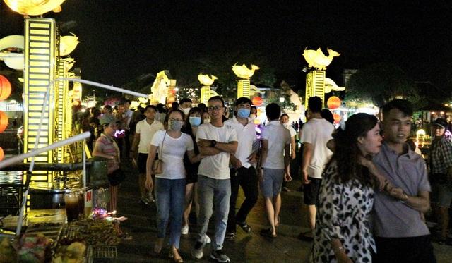 Hàng nghìn du khách đến Hội An đón ngày quốc tế hạnh phúc - 8