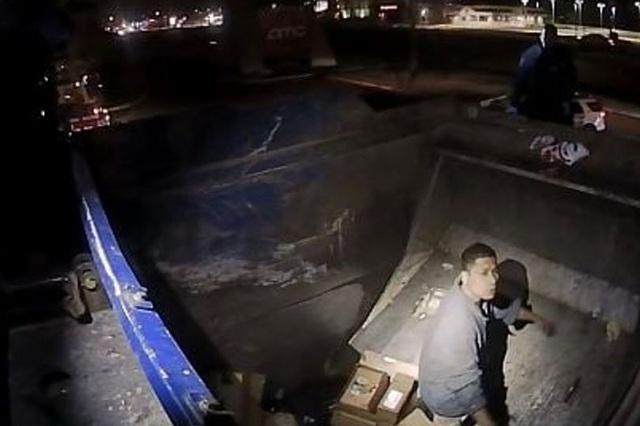 Giải cứu người đàn ông say rượu mắc kẹt trong xe tải rác - 1