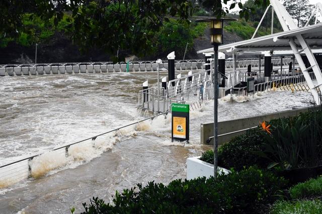 Nhà bị cuốn trôi trong trận lũ lụt trăm năm có một ở Australia - 9