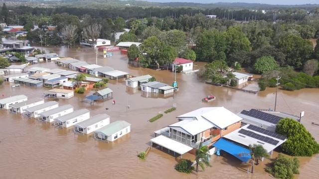 Nhà bị cuốn trôi trong trận lũ lụt trăm năm có một ở Australia - 4