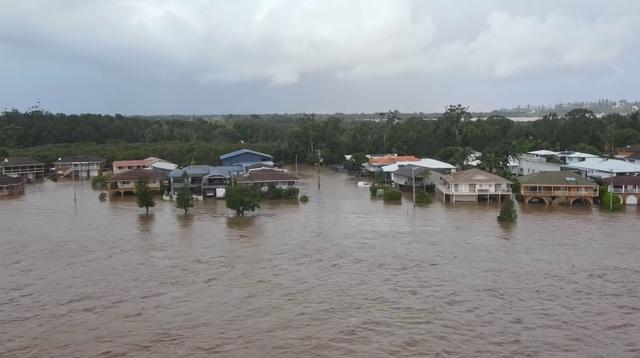 Nhà bị cuốn trôi trong trận lũ lụt trăm năm có một ở Australia - 6