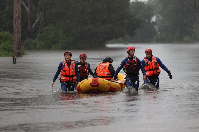 Nhà bị cuốn trôi trong trận lũ lụt trăm năm có một ở Australia - 7